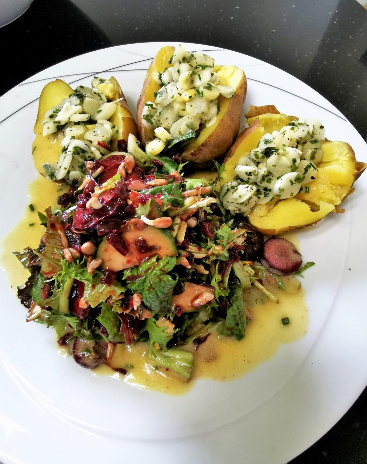 Rohkost Spargel Topping auf Salzkartoffeln mit Wildkräuter Salat